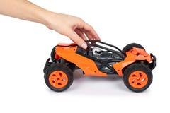 RC modela wiec z drogowego powozika w ręce, Odizolowywamy na białym tle, radość i zabawa bawimy się obrazy stock