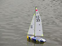 RC-Modell Sailboat auf See Lizenzfreies Stockbild