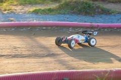 RC stuk speelgoed auto met fouten in een ras van het verzamelingskampioenschap Stock Foto's