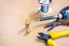 RCA起重器和工具在桌上,木背景 免版税图库摄影