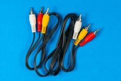 RCA-Kabel auf blauem Hintergrund lizenzfreies stockbild