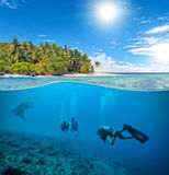 Récif coralien sous-marin avec des plongeurs autonomes et le manta Photographie stock