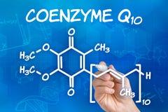 Räcka att dra den kemiska formeln av coenzymen Q10 Fotografering för Bildbyråer