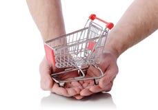 Räcka den hållande shoppingtrollyen Royaltyfri Fotografi