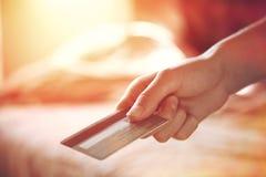 Räcka med kreditkorten Royaltyfria Bilder