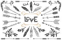 Räcka utdragna tappningpilar, befjädrar och blommar med bokstäver Royaltyfri Fotografi