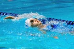 Rückenschwimmenmädchen Lizenzfreies Stockfoto