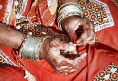 Räcker av en ung indisk kvinna. Arkivbild
