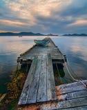 Rckety Insel-Dock mit Bergen Lizenzfreie Stockbilder