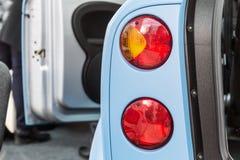Rücklichtautos mit offenen Türen Stockfoto