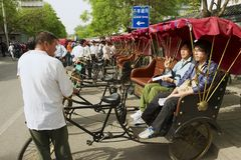 Rckshaw trasporta i passeggeri alla via di Futong accanto al lago Houhai a Pechino, Cina immagine stock libera da diritti