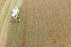 Récolte mécanisée un champ de maïs d'automne Photos stock