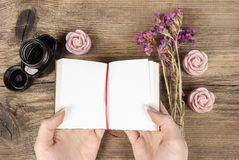 Ręcznie pisany dzienniczek: kobiety mienia hardcover notatnik Zdjęcia Stock