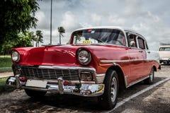 Röd amerikansk Oldtimer för HDR Kuba som parkeras i Varadero Royaltyfria Bilder