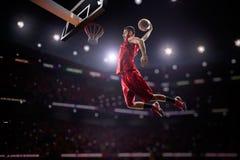 Röd basketspelare i handling Royaltyfri Bild