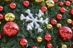 Röd boll på julgranen Royaltyfri Bild