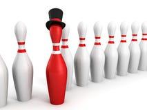 Röd bowlingstiftledare i framstickandehatt på white Arkivbilder