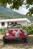 Röd bröllopbil Royaltyfria Bilder