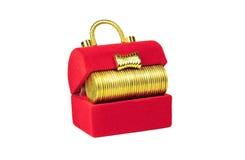 Röd bröstkorg med gula mynt inom Royaltyfria Bilder