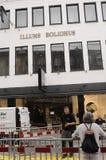 3rd dag, sedan branden broked i den Illum boligusen Arkivfoton