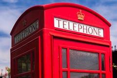 Röd engelsk telefonask Arkivbild