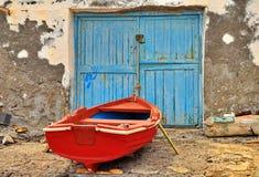 Röd fiskebåt Arkivfoto