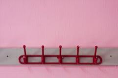Röd färgad torkdukehängare Arkivfoton