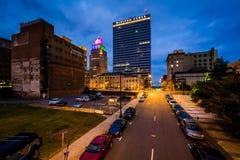 3rd gata och byggnader på natten, i i stadens centrum Winston-Salem, inte Arkivbild