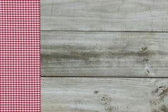 Röd ginghamgräns på wood bakgrund Fotografering för Bildbyråer