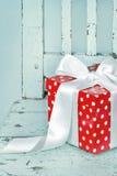 Röd gåvaask med den vita bowen Arkivbilder
