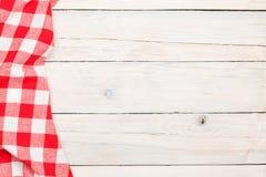 Röd handduk över träköksbordet Arkivfoton