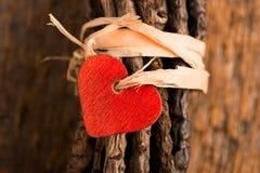 Röd hjärta på slåget in ris Arkivfoton