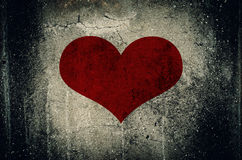 Röd hjärta som målas på bakgrund för grungecementvägg Royaltyfri Fotografi