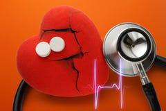 Röd hjärta, stetoskop och preventivpillerar Fotografering för Bildbyråer