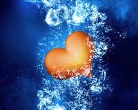 Röd hjärta under vatten Arkivfoto