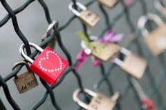 Röd hänglås med dubbad hjärta Arkivbild
