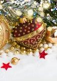 Röd jul och guld- hjärta med evegreen trädet Fotografering för Bildbyråer