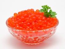 Röd kaviar i bunken   Arkivbilder