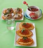 Röd kaviar och tjocka raggmunkar på Shrovetide & x28; massjordbruksprodukter Royaltyfria Foton