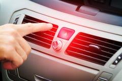 Röd knapp för bilfaravarning Arkivfoto