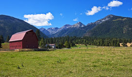Röd ladugård med lantbrukarhemmet, Oregon Royaltyfri Foto