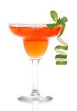 Röd margaritacoctail med mintkaramell- och limefruktspiral i kylt salt Arkivfoto
