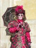 Röd maskering med paraplyet, karneval av Venedig Royaltyfria Bilder