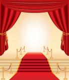 Röd matta, guld- stolpar, trappa och gardiner Arkivbilder