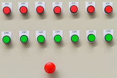 Röd nödläge- och stoppströmbrytare med gröna startknappar Fotografering för Bildbyråer