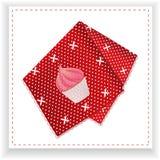 Röd näsduk med den utskrivavna muffin Arkivfoton