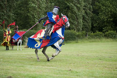 Röd och blåttriddare i laddning Royaltyfri Foto