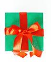 Röd och grön julgåva med det isolerade bandet Arkivbild