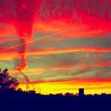 Röd och gul dramatisk himmel Arkivfoto