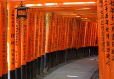Röd porttunnel i Kyoto Arkivfoton